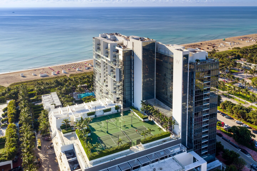 W South Beach, un hôtel avec un court de tennis et un terrain de basket sur le toit